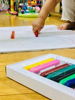 屋内,手,アート,鮮やか,ペン,人,絵画,クレヨン,手書き,紙,おえかき,筆記用具,おうち時間