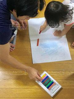子ども,風景,屋内,親子,仲良し,ペン,床,人,紙,おえかき,おうち時間