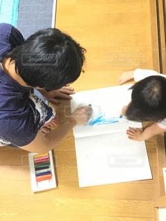 子ども,屋内,親子,仲良し,ペン,人,幼児,クレヨン,手書き,紙,おえかき,おうち時間