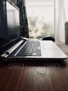 テーブルの上に座っているノートパソコンの写真・画像素材[3302784]