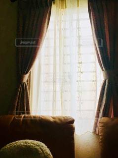 レース越しに入る光と部屋の写真・画像素材[3315270]