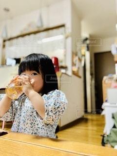 コップで飲み物を飲む女の子の写真・画像素材[3407169]