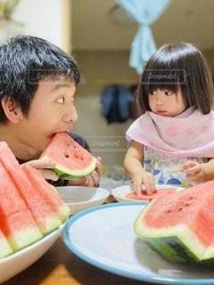 スイカを食べる親子の写真・画像素材[3512966]