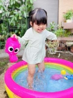 小さな子供がプールで水遊びの写真・画像素材[3546121]