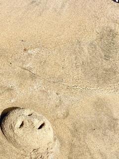 砂浜に作った砂の顔面の写真・画像素材[3565267]