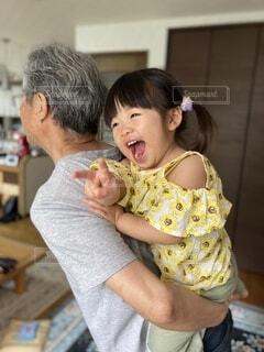 おんぶされて喜ぶ女の子の写真・画像素材[3615961]