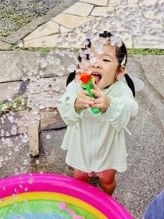 食べ物を食べている小さな女の子の写真・画像素材[3660646]
