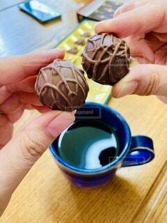 食べ物,コーヒー,手,指,手持ち,テーブル,人物,人,チョコレート,ポートレート,ライフスタイル,手元