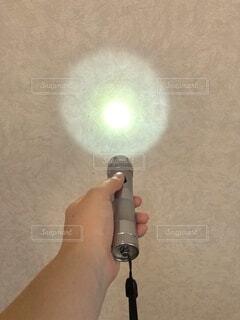 屋内,手持ち,人物,壁,人,ポートレート,明るい,ライフスタイル,防災,手元,懐中電灯,照らす