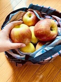 エコバッグの中のたくさんのリンゴの写真・画像素材[3702831]