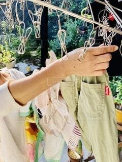 洗濯物をとりこむ手の写真・画像素材[3729910]