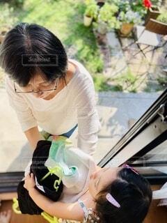 洗濯物を手伝っている子供の写真・画像素材[3729918]