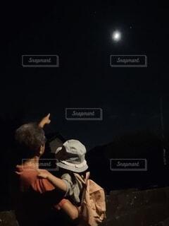 お月見する祖父と孫の写真・画像素材[3739695]