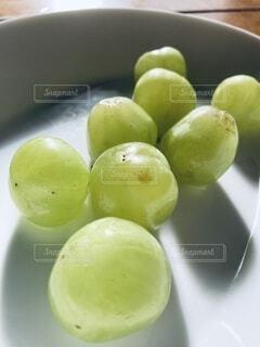 皿の上に果物のボウルの写真・画像素材[3802033]
