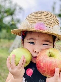りんごを持っている女の子の写真・画像素材[3824528]