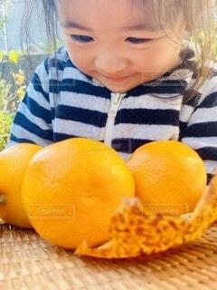 みかんを食べたい女の子の写真・画像素材[3878158]