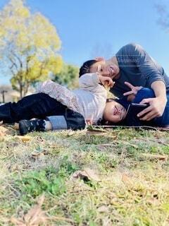 ピクニックで自撮りする親子の写真・画像素材[3886661]