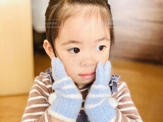手袋をつけた子どもの写真・画像素材[4044317]