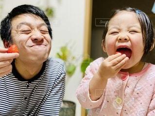イチゴを食べる親子の写真・画像素材[4099065]