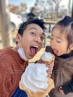 ソフトクリームを食べる親子の写真・画像素材[4099068]