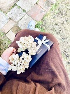 バレンタインチョコレートとドライフラワーを持つ女性の写真・画像素材[4183428]