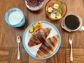食べ物,カフェ,コーヒー,食事,朝食,パン,テーブル,皿,リラックス,食器,クロワッサン,おうちカフェ,ドリンク,木目,おうち,ライフスタイル,ファストフード,おうち時間