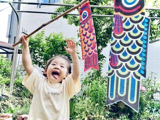 鯉のぼりを持つ子どもの写真・画像素材[4383997]