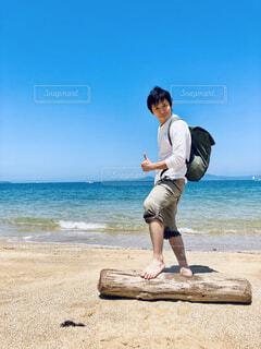 浜辺に立っている人の写真・画像素材[4467874]