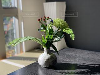 テーブルの上の花瓶の写真・画像素材[2733779]