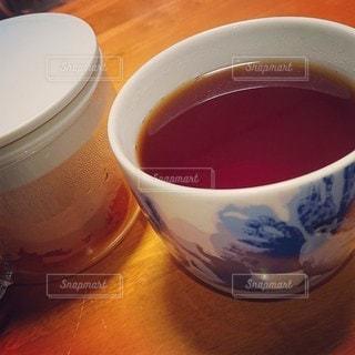 テーブルの上のコーヒー1杯の写真・画像素材[2696052]