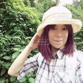 帽子をかぶった笑顔の六十歳の女性の写真・画像素材[3693227]