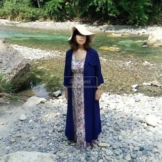 旅の途中川に立ち寄るおしゃれな60歳の女性の写真・画像素材[3696292]