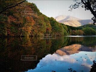 長老湖の鏡になった湖面に映った山と紅葉の風景の写真・画像素材[3737297]