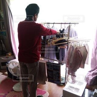 洗濯物を干す62歳の男性の写真・画像素材[3749893]
