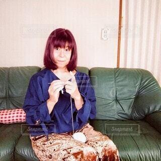 ソファーに座って編み物をする60歳の女性の写真・画像素材[3754275]