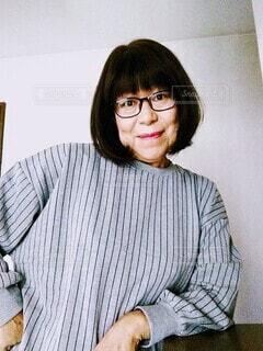 肘をついているメガネをかけた60代の女の人の写真・画像素材[3761172]