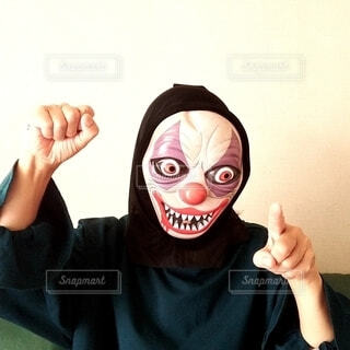 ハロウィンの仮装をしてポーズを取る人の写真・画像素材[3775619]