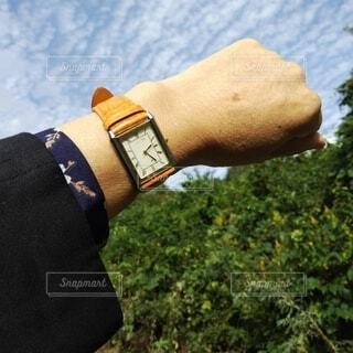 青空とオレンジ色のウォッチの写真・画像素材[3787874]