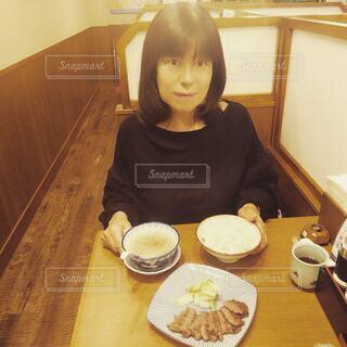 仙台名物の牛タンを食べる60歳の女性の写真・画像素材[3869609]