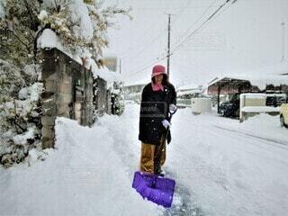 雪かきをする 六十歳の女の人の写真・画像素材[3980636]