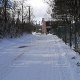 雪が降った翌日の道路の写真・画像素材[4141303]