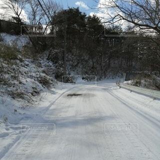 雪が降った翌日の晴天の道路の写真・画像素材[4141306]