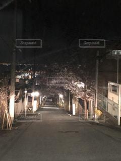 夜の線路上の列車の写真・画像素材[2720354]