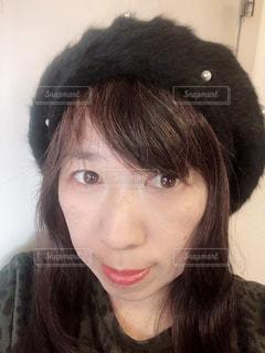 女性,屋内,帽子,黒ファッション,ブラックコーディネート,黒コーディ,黒ベレー帽