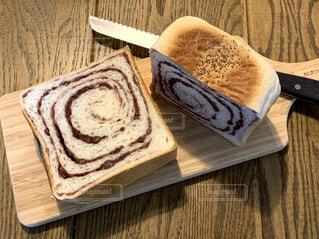 木製のまな板で高級食パンを切るの写真・画像素材[4382535]