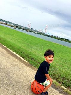 草の中に立っている小さな男の子の写真・画像素材[1414275]