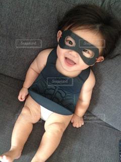 赤ん坊を持っている人の写真・画像素材[1414281]