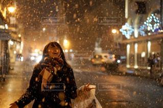 雪に喜ぶ女性の写真・画像素材[1677706]