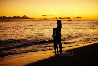 夕焼けにうつる姉妹の写真・画像素材[2331729]
