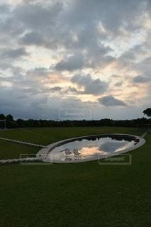 曇りの日の大きな飛行機の写真・画像素材[2696127]